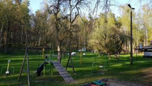 Teren zabaw, na drugim planie pole namiotowe oraz miejsce ogniskowe